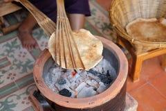Tajlandzcy ludzie gotuje gigantycznego ryżowego crispy lub miejscowego ryżowego krakersa Zdjęcie Royalty Free