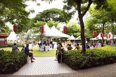 Tajlandzcy ludzie i cudzoziemski podróżnika odprowadzenie odwiedzają i podróż łączy w Tanabata lub Gwiazdowym Japońskim festiwalu fotografia royalty free