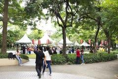 Tajlandzcy ludzie i cudzoziemski podróżnika odprowadzenie odwiedzają i podróż łączy w Tanabata lub Gwiazdowym Japońskim festiwalu zdjęcia royalty free