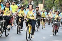 Tajlandzcy ludzie i cudzoziemski przejażdżka bicykl w rowerze dla tata aktywności dla honoru tajlandzkiego królewiątka obraz royalty free