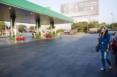 Tajlandzcy ludzie jedzie samochód wypełniać dieslowskiego olej przy stacją benzynową Fotografia Royalty Free
