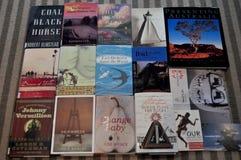 Tajlandzcy ludzie kupuje przy żywym pokojem i przedstawienie ręki książka Zdjęcia Royalty Free