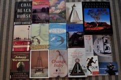 Tajlandzcy ludzie kupuje przy żywym pokojem i przedstawienie ręki książka Obrazy Royalty Free