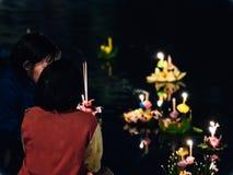 Tajlandzcy ludzie modlą się ręcznie robiony krathong i trzymają kwiatem od loyk fotografia stock