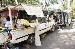Tajlandzcy ludzie na lokalnej jedzenie ciężarówki sprzedaży tajlandzkim stylowym jedzeniu dla podróżników Obrazy Royalty Free