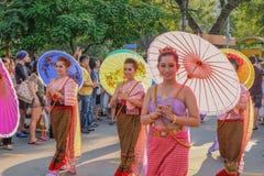 Tajlandzcy ludzie Paradują odprowadzenie w Tajlandia turystyki festiwalu jarmarku Bangkok miasto obrazy stock