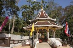 Tajlandzcy ludzie podróżują wizytę i szanują przy Watem Phra Który Doi Tung w Chiang Raja, Tajlandia modlenia chedi i Buddha reli zdjęcie royalty free