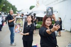 Tajlandzcy ludzie rozpaczają nad upadkiem królewiątko Rama9 Zdjęcia Stock