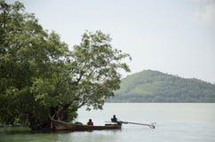 Tajlandzcy ludzie rybak przerwy drewnianej łodzi rybackiej pod drzewem na Fotografia Royalty Free