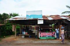 Tajlandzcy ludzie sprzedaży i zakupu Tajlandzkie kiełbasy tradycyjny jedzenie th Zdjęcia Royalty Free