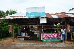 Tajlandzcy ludzie sprzedaży i zakupu Tajlandzkie kiełbasy tradycyjny jedzenie th Obrazy Royalty Free