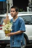 Tajlandzcy ludzie trzymają ofiarę i paradujący wokoło Chiang Raja miasteczka obrazy stock