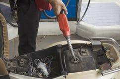 Tajlandzcy ludzie use benzynowej pompy nozzle benzyny podsadzkowego paliwa zbiornik Obraz Royalty Free