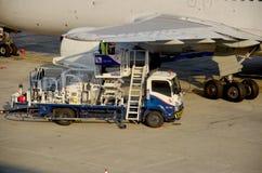 Tajlandzcy ludzie wypełniają benzynowego zbiornika samolot Fotografia Royalty Free