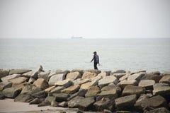 Tajlandzcy mężczyźni stoi, łowi i wędkuje w morzu przy zakazu Pae plażą w Rayong, Tajlandia fotografia royalty free