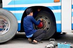 Tajlandzcy mechaników ludzie naprawia i dylemat zmiany koła opona autobus Obraz Stock