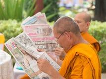 Tajlandzcy michaelita czytają gazetę Zdjęcia Stock