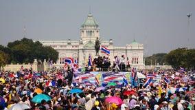 Tajlandzcy protestujący zbierają przy królewiątka Rama 5 statuą Obraz Stock