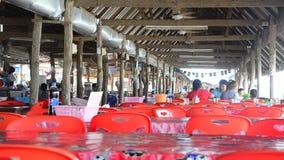 Tajlandzcy rodzinni ludzie siedzi rozkaz i je jedzenie w lokalnej restauraci zbiory