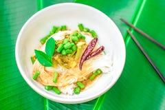 Tajlandzcy ryżowi wermiszel słuzyć z currym, kopii przestrzeń Zdjęcia Stock