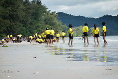 Tajlandzcy schoolkids bawić się przy plażą Obraz Stock