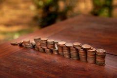 Tajlandzcy skąpanie monety 25 satang udziały na drewnianym stole z zamazanym tłem, pieniądze Tajlandia, inwestycji i oszczędzania obraz stock