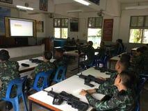 Tajlandzcy wojsko żołnierze trenujący używać pistolety Fotografia Royalty Free