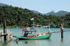 Tajlandzka łódź rybacka przy drewnianym molem na Koh Chang wyspie, Tajlandia obrazy royalty free