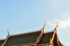 Tajlandzka świątynia Dekoruje dach Buddyzm świątynia Dwuokapowy apeks Obraz Royalty Free