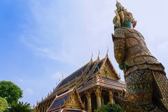 Tajlandzka antykwarska rzeźba, gigantyczna rzeźba przy Watem Phra Keaw, świątynia szmaragdowy Buddha, Bangkok fotografia royalty free