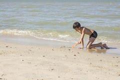 Tajlandzka chłopiec sztuka w piasku przy plażą Obrazy Stock