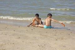 Tajlandzka chłopiec sztuka w piasku przy plażą Fotografia Royalty Free