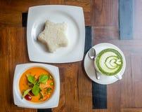 Tajlandzka curry polewka z ryżową i gorącą zieloną herbatą Zdjęcia Royalty Free
