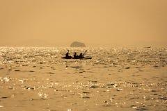 Tajlandzka długa łódź i kajak przy morzem przy zmierzchem, z złotymi kolorami w Railay plaży, Krabi, Tajlandia Obraz Royalty Free