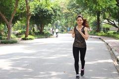 Tajlandzka dorosła piękna dziewczyna robi biegać ćwiczy w parku obrazy royalty free