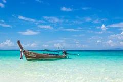 Tajlandzka drewniana łódź na wybrzeżu Andaman morze Łódkowata wycieczka w ten typowej długiego ogonu łodzi obraz royalty free