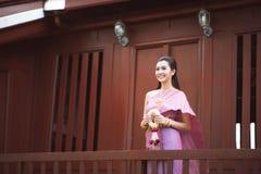 Tajlandzka dziewczyna ubiera Tajlandzkiego tradycyjnego kostium przy tradycyjny Tajlandzkim obraz royalty free