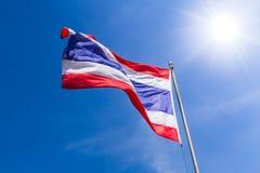 Tajlandzka flaga Tajlandia z błękitnym lata niebem pogodnym Zdjęcia Royalty Free