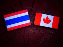 Tajlandzka flaga z kanadyjczyk flaga na drzewnym fiszorku odizolowywającym zdjęcie stock