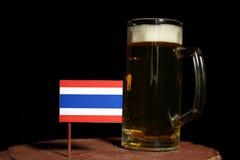 Tajlandzka flaga z piwnym kubkiem na czerni Obrazy Stock