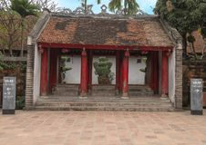 Tajlandzka Hoc brama przeglądać z wewnątrz kwinty i finału podwórza świątynia literatura, Hanoi, Wietnam fotografia royalty free
