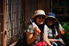 Tajlandzka kobieta i stare kobiety siedzimy i pijemy Obrazy Stock