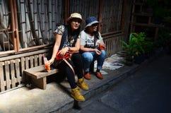 Tajlandzka kobieta i stare kobiety siedzimy i pijemy Zdjęcie Royalty Free