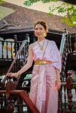 Tajlandzka kobieta jest ubranym typową Tajlandzką suknię Fotografia Stock