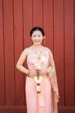 Tajlandzka kobieta, panna młoda w Tajlandzkim ślubu kostiumu/ Zdjęcie Royalty Free