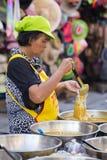Tajlandzka kobieta przygotowywa jedzenie na tradycyjnym ulicznym rynku w Koh Phangan i sprzedaje, Tajlandia Obraz Royalty Free