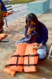 Tajlandzka kobieta siedzi ręka nosa gacenia odór od powietrza i wziąć Obraz Royalty Free