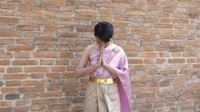 Tajlandzka kobieta w tajlandzkiej tradycyjnej sukni w archeologicznym zdjęcie wideo