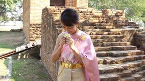 Tajlandzka kobieta w tajlandzkiej tradycyjnej sukni w archeologicznym zbiory