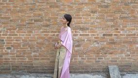 Tajlandzka kobieta w tajlandzkiej tradycyjnej sukni w archeologicznym zbiory wideo
